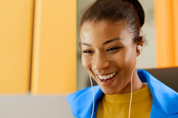 Kobieta po spotkaniu online