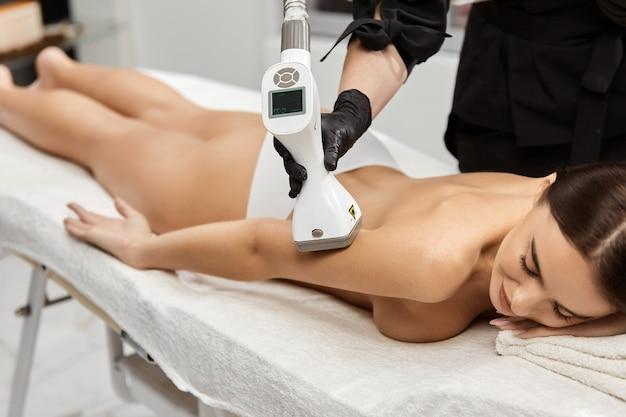 Kobieta po terapii lpg na ramię w klinice przez profesjonalistę