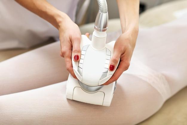 Kobieta po zabiegu na uda w salonie kosmetycznym