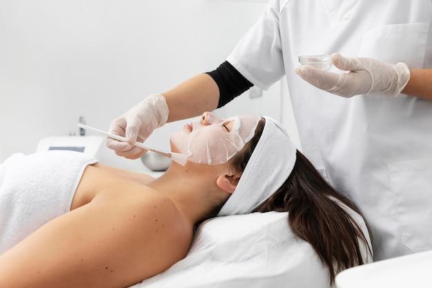 Kobieta po zabiegu pielęgnacji skóry