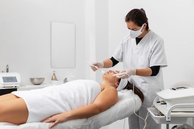 Kobieta po zabiegu w salonie kosmetycznym