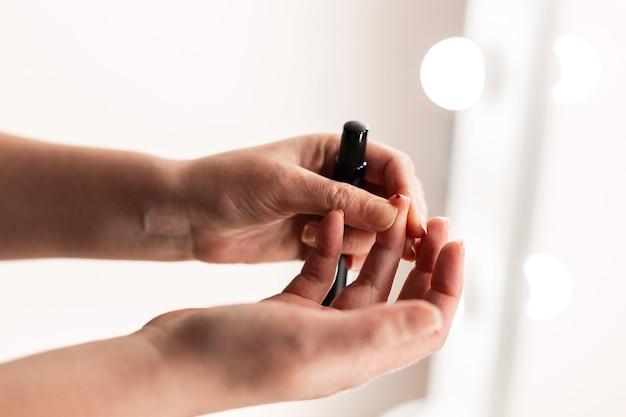 Kobieta pobranie próbki krwi z lancetem w pomieszczeniu. koncepcja cukrzycy i poziomu cukru we krwi.