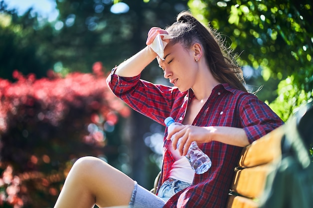 Kobieta pocenie się w czasie upałów