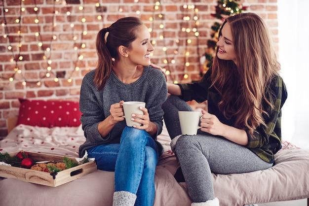 Kobieta pocieszająca i wspierająca przyjaciółkę