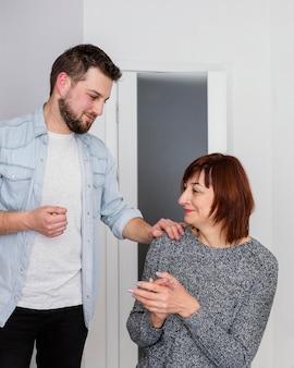 Kobieta pocieszające mężczyzna w terapii