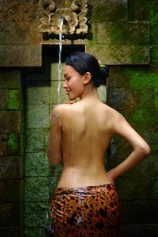 Kobieta pod strumieniem wody