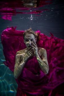 Kobieta pod wodą
