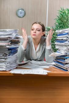 Kobieta pod wpływem stresu spowodowanego nadmierną pracą papierową