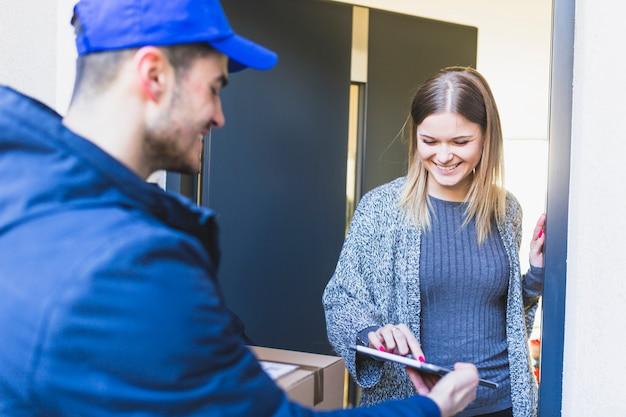 Kobieta podająca podpis online do dostawy