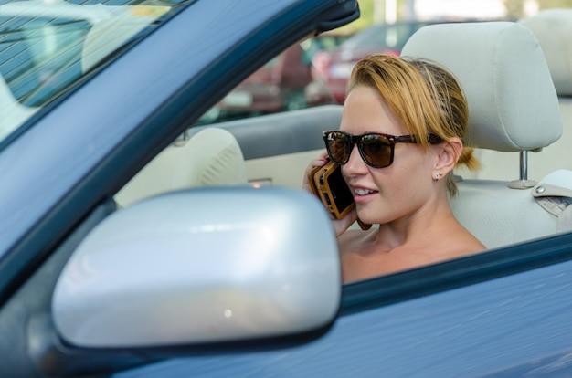 Kobieta podczas prowadzenia samochodu
