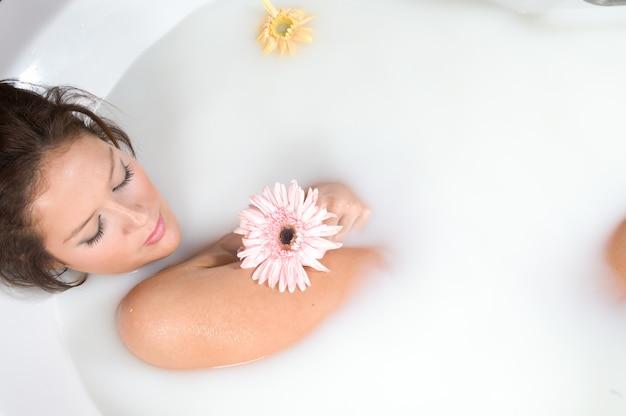 Kobieta podczas relaksującej kąpieli z mlekiem