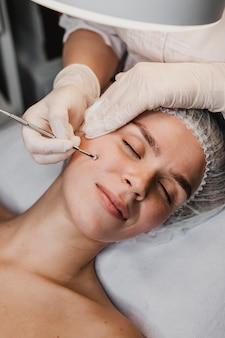 Kobieta podczas zabiegu pielęgnacji skóry w centrum odnowy biologicznej