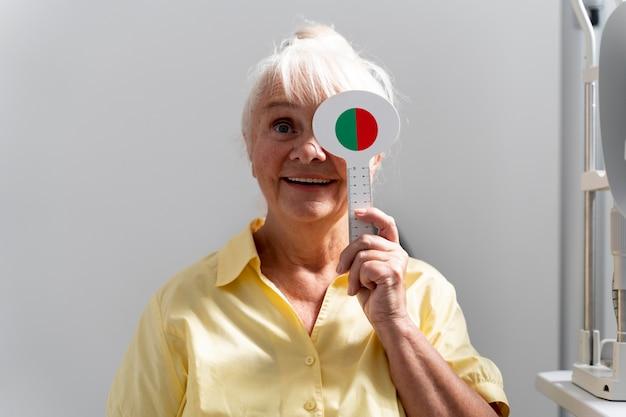 Kobieta poddawana badaniu wzroku w klinice okulistycznej