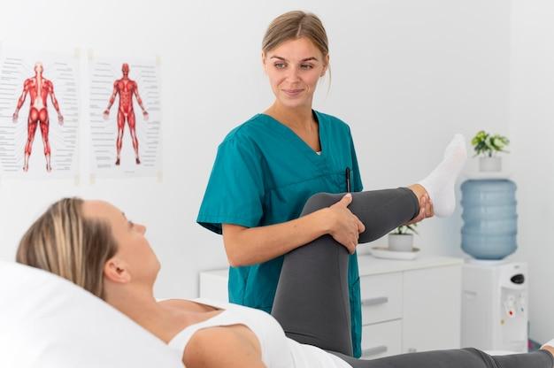 Kobieta poddawana fizjoterapii w klinice