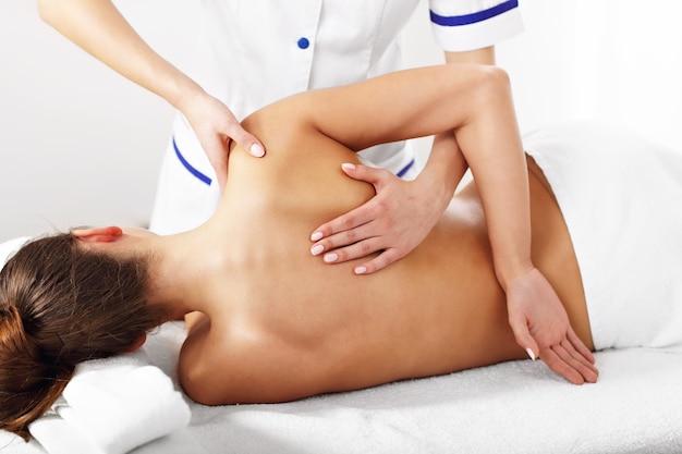 Kobieta poddawana profesjonalnej terapii kręgosłupa back
