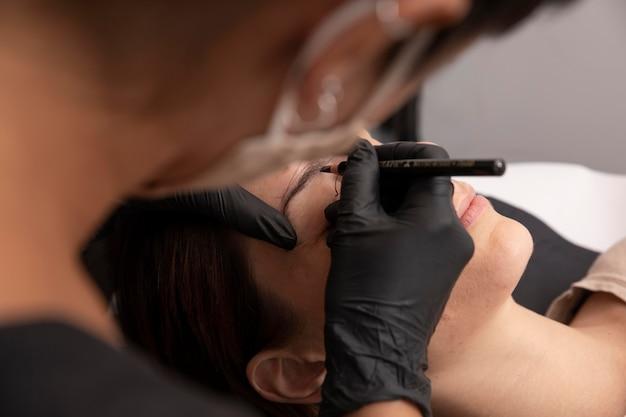 Kobieta poddawana zabiegowi microblading
