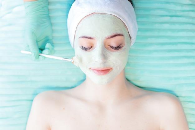 Kobieta poddawana zabiegowi spa w salonie kosmetycznym