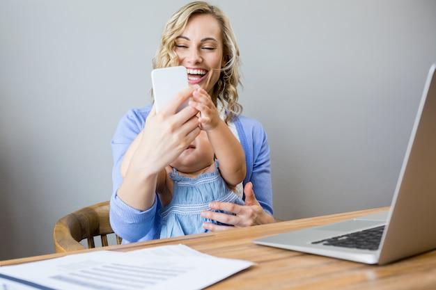 Kobieta podejmowania selfie z dzieckiem