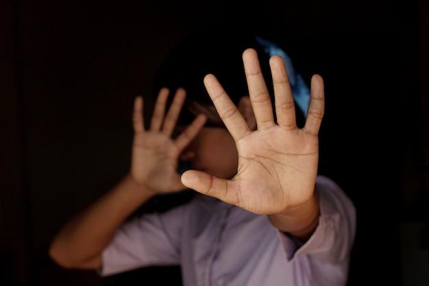 Kobieta podniosła rękę w celu zniechęcenia, powstrzymania przemocy wobec kobiet