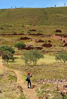 Kobieta podróżniczka robiąca zdjęcia ruin piquillacta, cusco region, peru