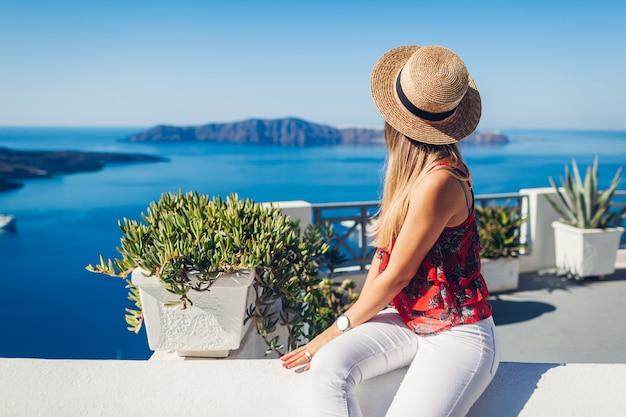 Kobieta podróżnik patrzeje kaldera krajobraz