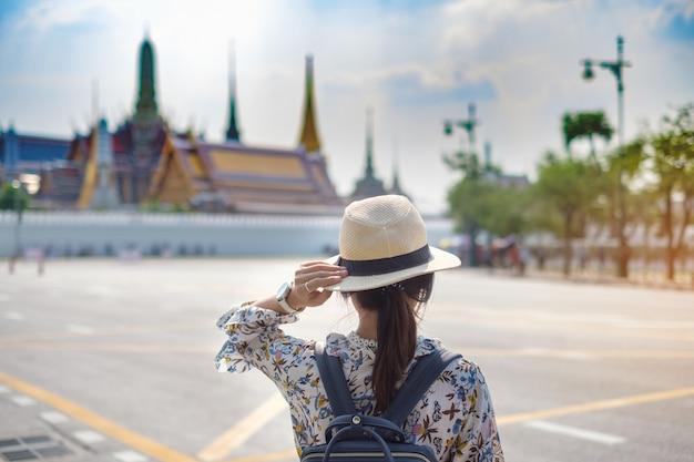Kobieta podróżnik patrzeje wat phra kaew. punkt orientacyjny i popularny wśród atrakcji turystycznych