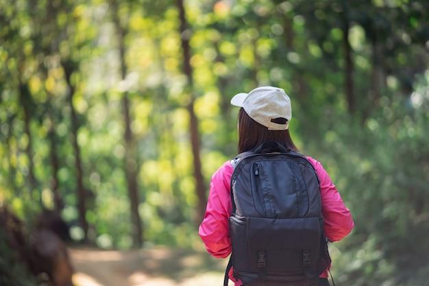 Kobieta podróżnik piesze wycieczki w lesie
