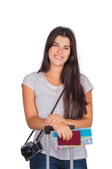 Kobieta podróżnik posiadająca paszport, mapę i walizkę.