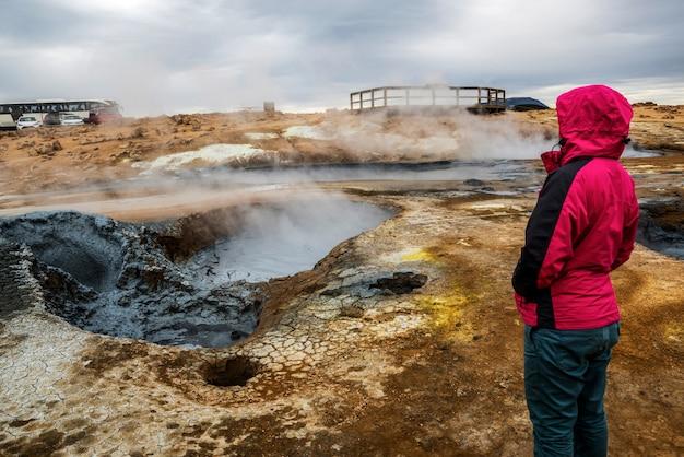 Kobieta podróżnik w hverir, namafjall w islandii