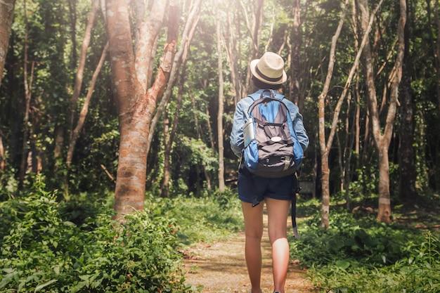 Kobieta podróżnik z plecakiem cieszy się widok