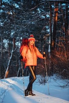 Kobieta podróżnik z plecakiem wędrówki podróży styl życia przygoda aktywnych wakacji na świeżym powietrzu. piękny krajobrazowy las