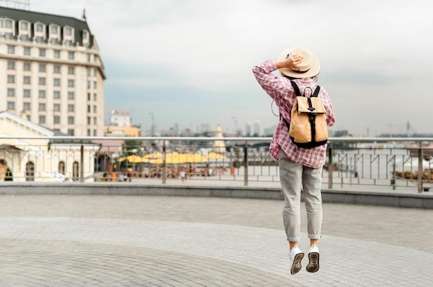 Kobieta podróżująca do nowego miejsca z miejsca na kopię