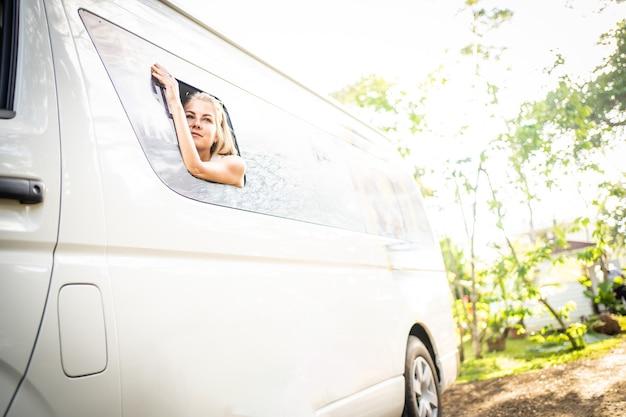 Kobieta podróżująca furgonetką w lesie deszczowym