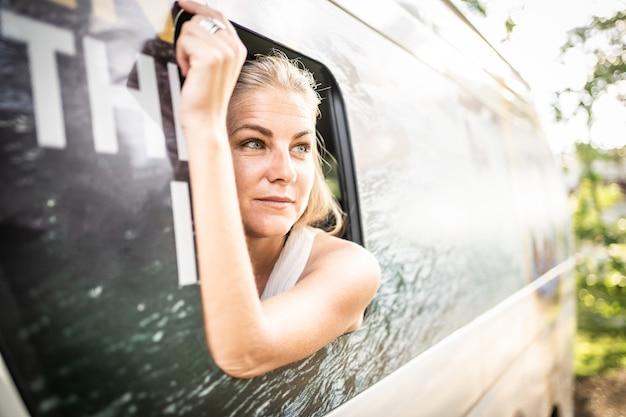 Kobieta podróżująca furgonetką w tropikalnym lesie