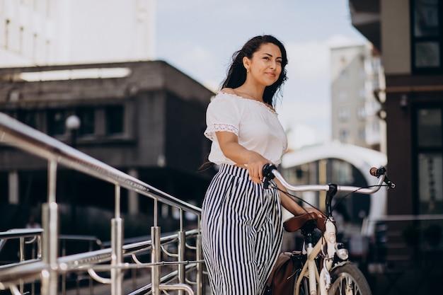Kobieta podróżująca na rowerze w mieście