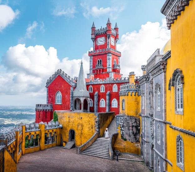 Kobieta podróżująca odwiedzająca pałac pena w sintrze lizbona portugalia