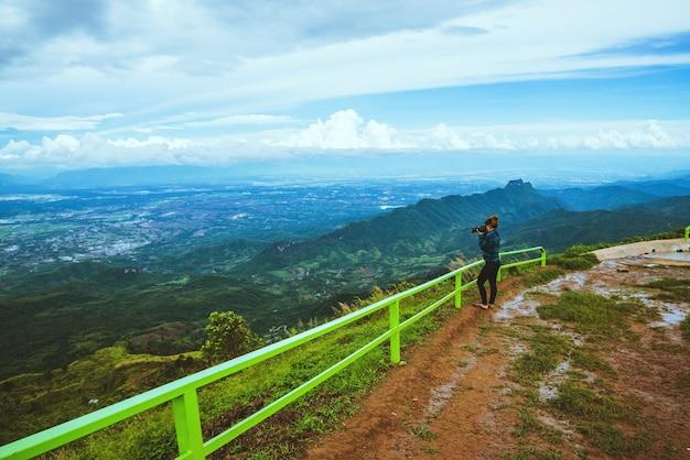 Kobieta podróżująca po azji relaksuje się w wakacje. fotografia krajobraz na moutain.thailand