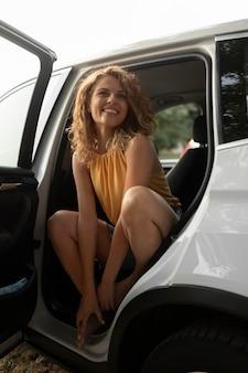 Kobieta podróżująca samochodem