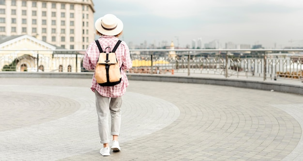Kobieta podróżująca z miejsca na kopię