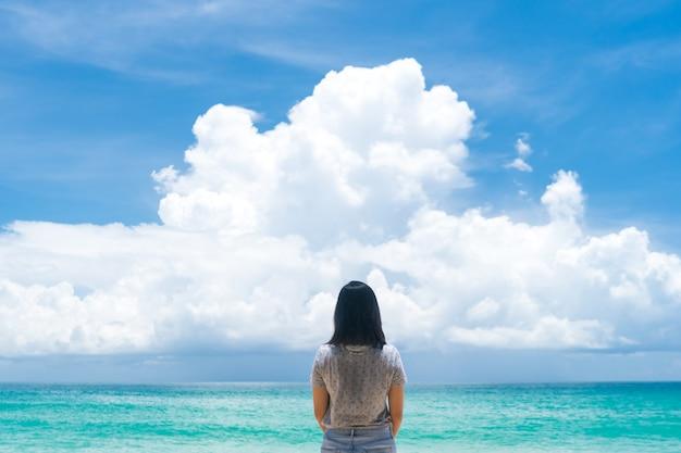 Kobieta podróżuje po całym świecie z letnią plażą i relaksującą koncepcją życia.