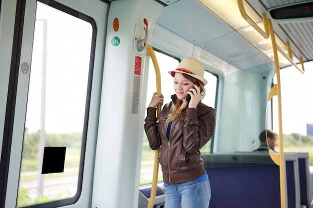 Kobieta podróżuje pociągiem