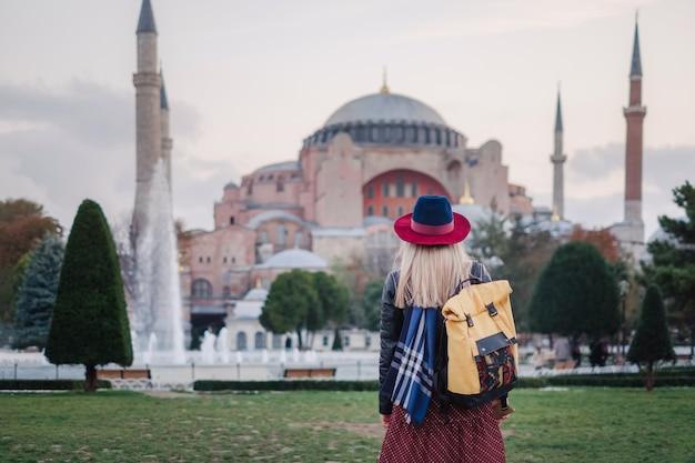 Kobieta podróżuje w istanbuł blisko aya sofia meczetu, turcja
