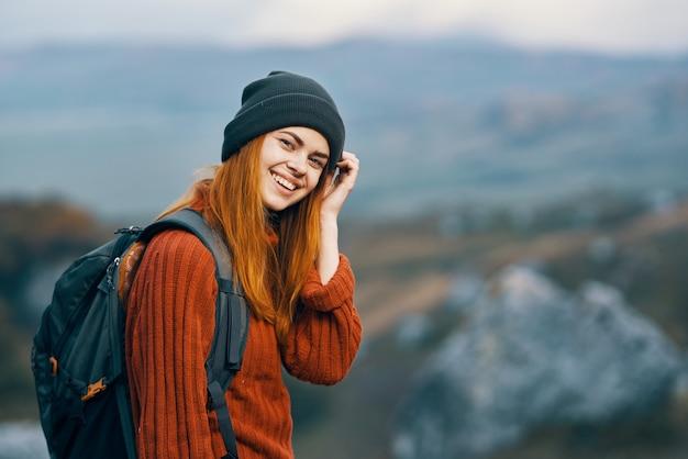 Kobieta podróżuje w naturze z plecakiem