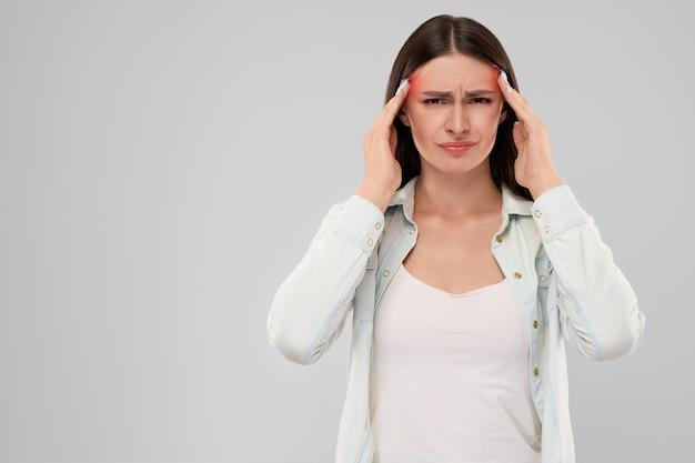 Kobieta pokazano ból głowy