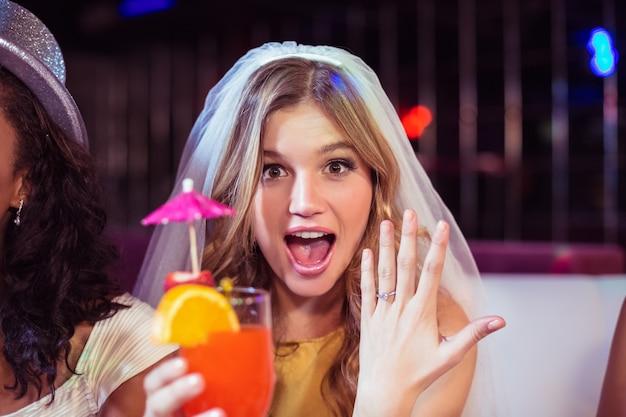 Kobieta pokazano jej pierścionek zaręczynowy
