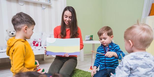 Kobieta pokazano kolorowy obraz