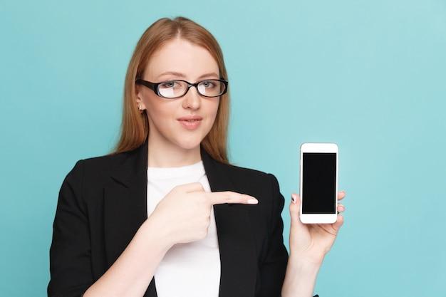 Kobieta pokazano nowy telefon amd wskazując na ekranie stojącym na białym tle nad niebieskim tłem.