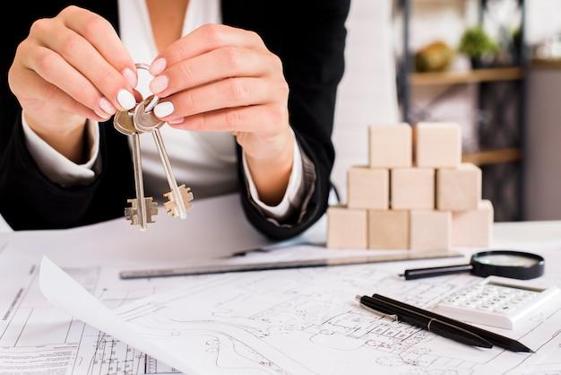 Kobieta pokazano zestaw kluczy
