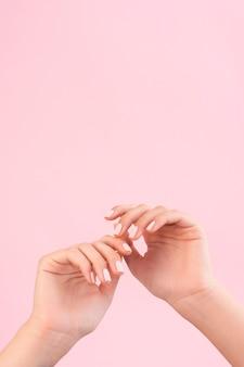 Kobieta pokazując jej manicure z miejsca na kopię