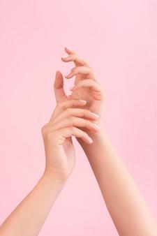 Kobieta pokazując jej manicure